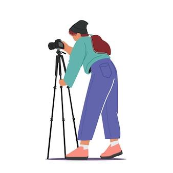 Professionelles fotografie-konzept. fotografin mit fotokamera auf stativ, die bilder isoliert auf weiß macht