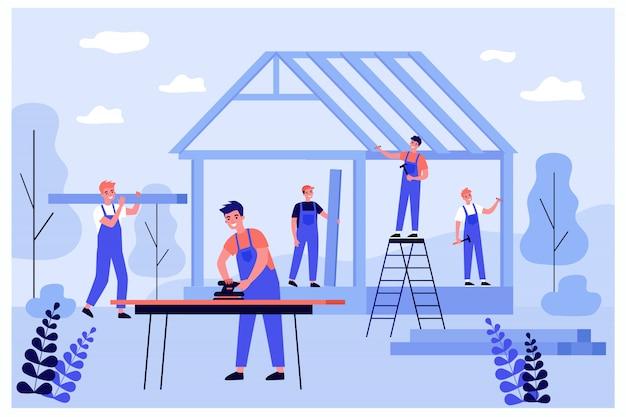 Professionelles tischlerteam, das wand- und dachkonstruktionen herstellt