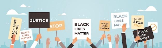 Protestierende hände halten schwarze leben materie banner sensibilisierungskampagne gegen rassendiskriminierung