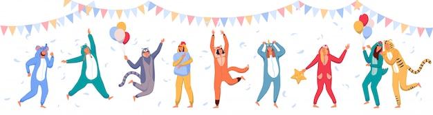 Pyjama party. glückliche leute, die tierkostüm-strampler tragen und feiertag feiern.