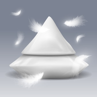 Pyramide aus kissen mit weißen federn