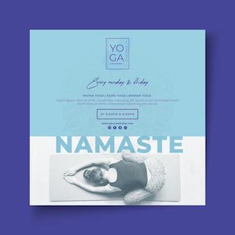 Quadratische flyer-vorlage für yoga-kurse
