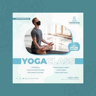 Quadratische flyer-vorlage für yoga-praxis mit mann, der medizinische maske trägt