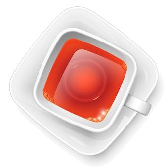Quadratische tasse mit schwarzem tee auf einer untertasse. sicht von oben. heißes morgengetränk.