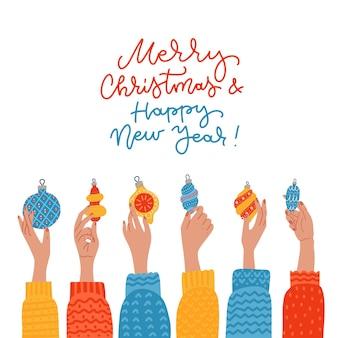Quadratische weihnachtskarte verziert mit erhobenen weiblichen händen, die weihnachtskugeln und -bälle halten ...