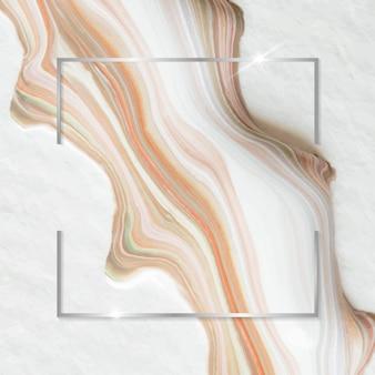 Quadratischer silberner rahmen auf weißem und orangefarbenem marmorhintergrund