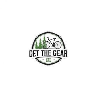 Radfahren im freien mit blick auf die grünen bäume