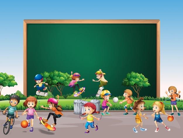 Rahmendesign mit vielen kindern spielen im parkhintergrund