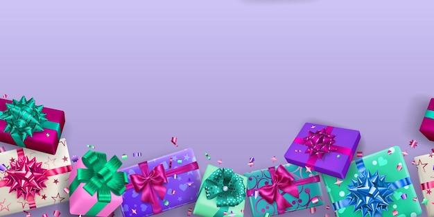 Rahmenhintergrund von mehrfarbigen geschenkboxen mit bändern, schleifen und schatten und kleinen glänzenden serpentinenstücken auf hellviolettem hintergrund