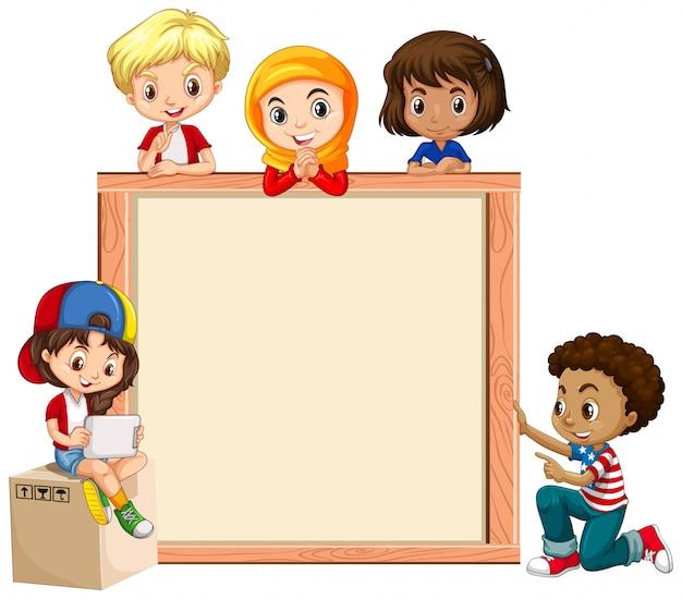 Rahmenschablone mit glücklichen kindern auf holzbrett