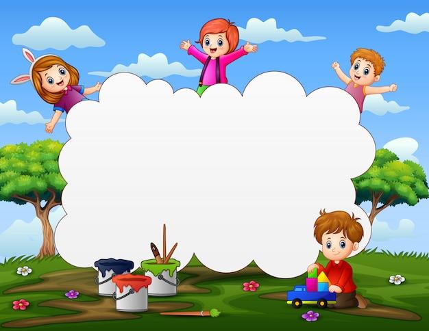 Rahmenschablone mit glücklichen kindern, die auf natur spielen