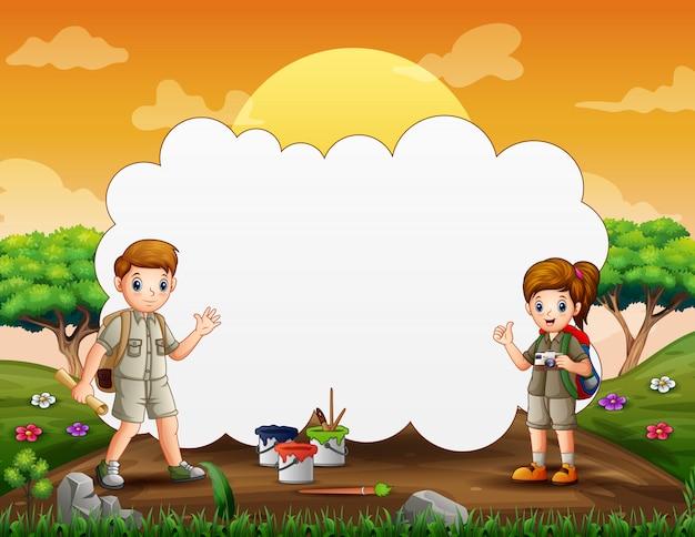 Rahmenschablone mit glücklichen kindern im wanderoutfit