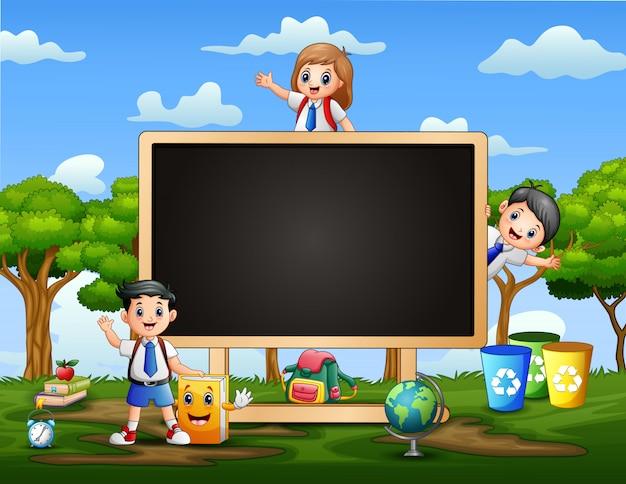 Rahmenschablone mit glücklichen kindern und tafel