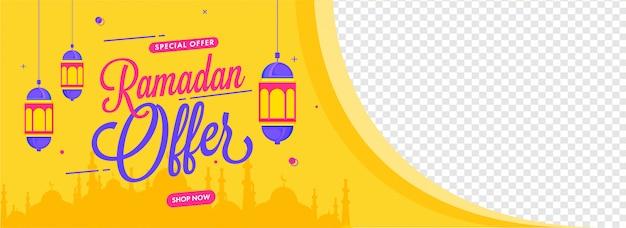 Ramadan bieten header oder banner design mit hängenden laternen und moschee auf gelbem und png-hintergrund mit platz für produktbild.
