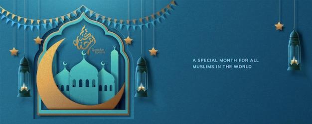 Ramadan kareem grußkarte mit blauer moschee und goldenem mondbanner