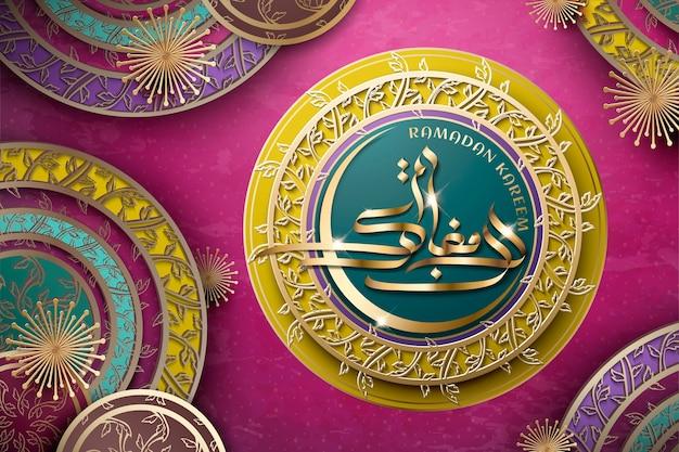 Ramadan kareem kalligraphie mit dekorativem blumenmuster auf rundem teller