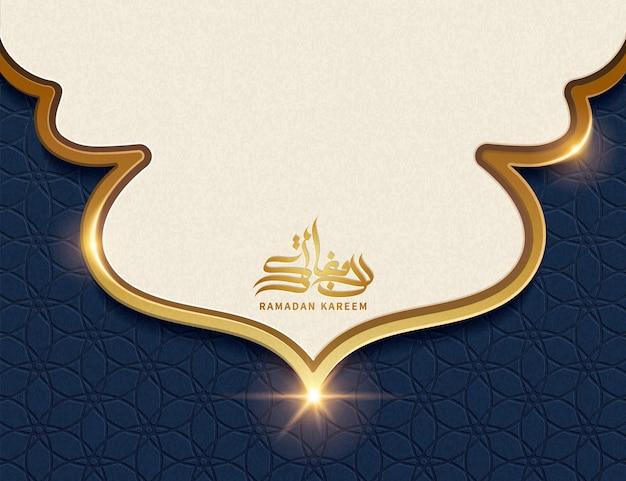 Ramadan kareem kalligraphie mit kopienraum für begrüßungswörter im beige und blauen geometrischen hintergrund