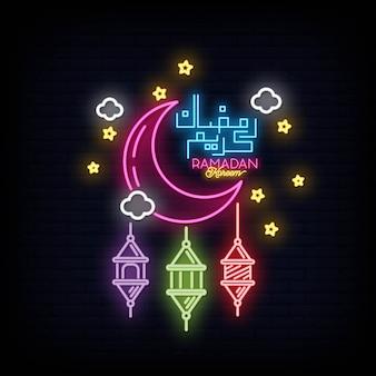 Ramadan kareem leuchtreklame mit schriftzug und halbmond und stern.