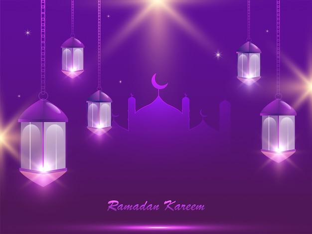 Ramadan kareem poster mit moschee und hängenden beleuchteten laternen auf lichteffekt lila hintergrund.