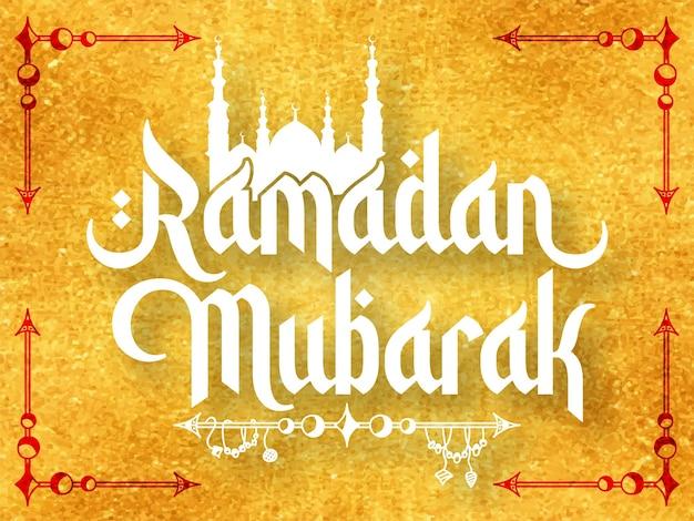 Ramadan mubarak typografie auf goldenem strukturiertem bg Premium Vektoren