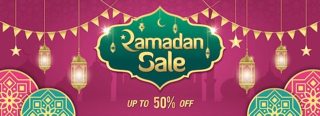 Ramadan sale banner design mit golden glänzendem rahmen, arabischen laternen und islamischem ornament auf lila