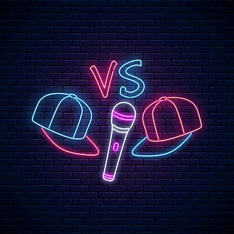 Rap battle leuchtreklame mit zwei baseballmützen und mikrofon. emblem der hip-hop-musik. rap contest werbedesign.