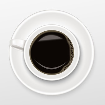 Realistisch vom heißen schwarzen kaffee in einer weißen schale, draufsicht
