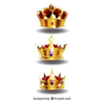 Realistische auswahl von drei glänzenden kronen