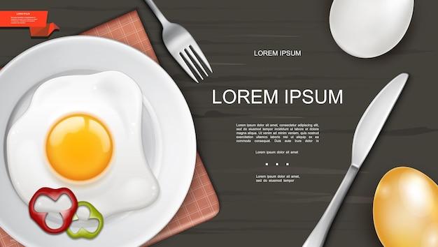 Realistische bunte frühstücksschablone mit eieromelett und pfefferringen auf plattenmessergabel auf hölzernem hintergrund