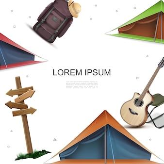 Realistische camping bunte schablone mit hölzernen schild akustischen gitarrenstuhl zelten rucksack mark hut
