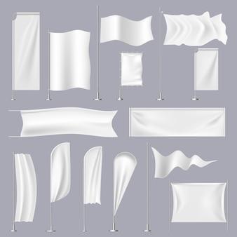 Realistische flaggen. textile strand winkende flagge auf fahnenmast, leere banner und stoffschild, weiße plakatschablone gesetzt. werbefahne und leere modell leere illustration
