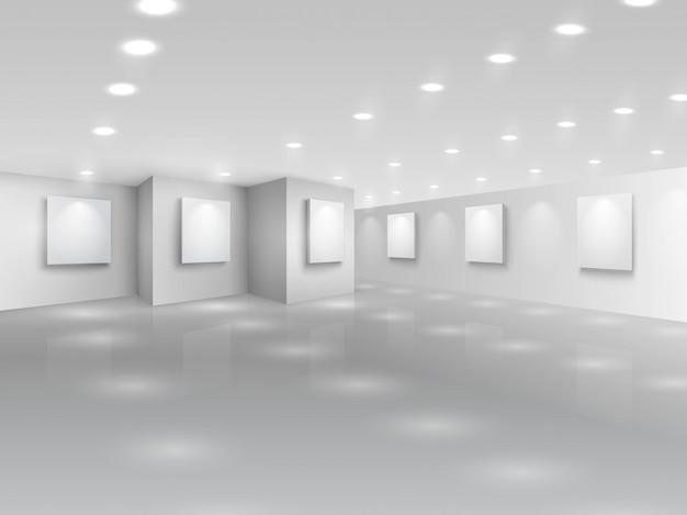 Realistische galeriehalle mit leeren weißen leinwänden