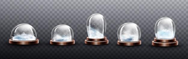 Realistische glaskuppeln mit schnee, weihnachtskugel-souvenirs, isolierten kristallhalbkugelbehältern auf kupfer- oder messingboden verschiedener form und größe. festliches weihnachtsgeschenk modell, realistisches 3d-set