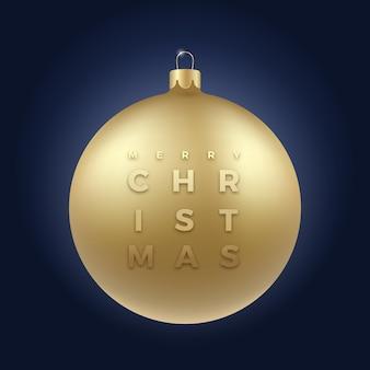 Realistische goldene glitzer-weihnachtskugel auf edlem dunkelblauem hintergrund mit modernen typografie-grüßen. winterurlaub dekoration aufkleber, karte oder poster. neujahr 3d ball banner