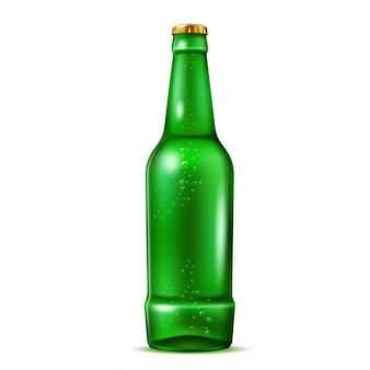 Realistische grüne bierflasche mit blasen