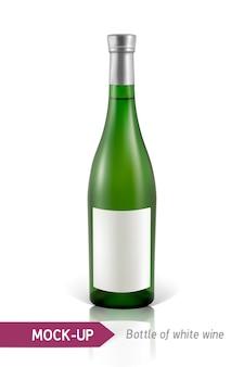 Realistische grüne flasche weißwein auf einem weißen hintergrund mit reflexion und schatten. vorlage für weinetikett.