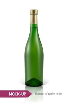 Realistische grüne flasche weißwein auf einem weißen hintergrund mit reflexion und schatten