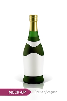 Realistische grüne flaschen cognac auf einem weißen hintergrund mit reflexion und schatten. vorlage für etikett.