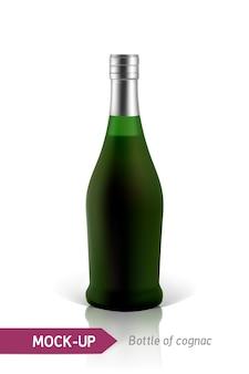 Realistische grüne flaschen cognac auf einem weißen hintergrund