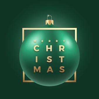 Realistische grüne weihnachtskugel auf edlem dunklem hintergrund mit modernen goldenen glitzer-typografie-grüßen in einem rahmen. winterurlaub dekoration aufkleber, karte oder poster. neujahr 3d ball banner
