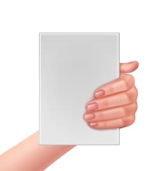Realistische hand, die leeres weißes papier hält