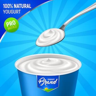 Realistische joghurtwerbung mit markenplastikbecher naturjoghurt mit löffel und bearbeitbarer textvektorillustration