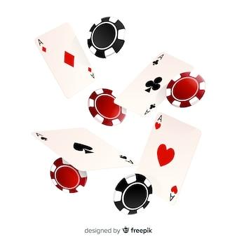 Realistische kasinochips und fallender hintergrund der karten