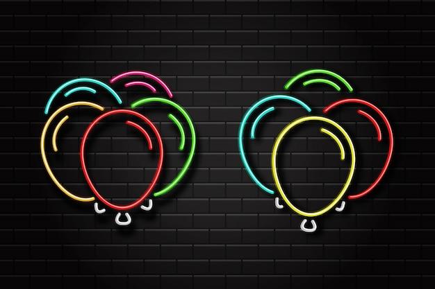 Realistische leuchtreklame der luftballons für feier und dekoration auf dem wandhintergrund. konzept von alles gute zum geburtstag, jubiläum und hochzeit.