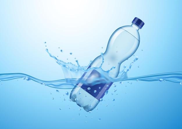 Realistische mineralwasserzusammensetzung mit treibender plastikwasserflasche mit wassertropfen und spritzwasser
