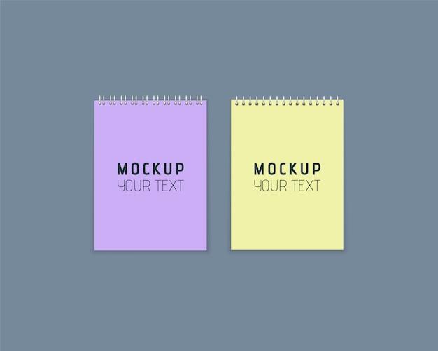 Realistische notizbücher mit metallspirale. satz bunte notizbücher mit papier auf grauem hintergrund. künstlerisches design für ihren text. papierbögen im flachen stil.
