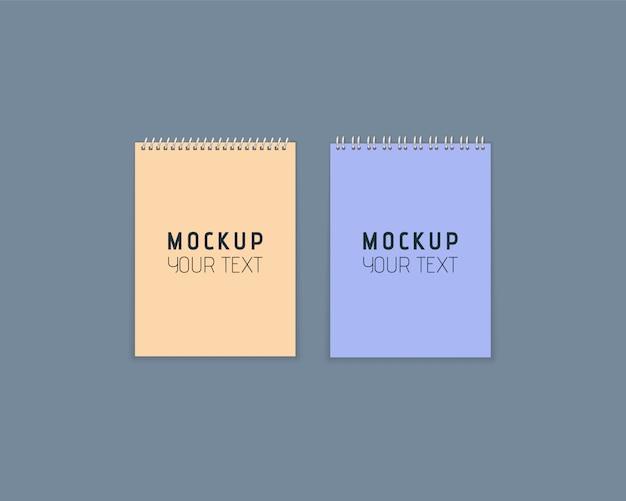 Realistische notizbücher mit metallspirale. satz bunte notizbücher mit papier auf grauem hintergrund. künstlerisches designmodell für ihren text. papierbögen im flachen stil. illustration ,.