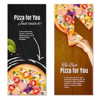 Realistische pizza mit wurst und gemüse auf kreidebrett und hölzerner hintergrundvertikale