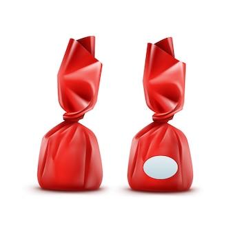 Realistische praline im roten glänzenden wrapper-nahaufnahme lokalisiert auf weißem hintergrund