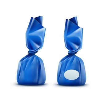 Realistische praline in blau glänzendem wrapper nahaufnahme lokalisiert auf weißem hintergrund